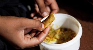 Shan isst Linsen aus einer kleinen Schüssel. (Quelle: Christian Herrmanny)