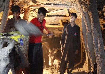 3 Jungen mit einem Esel in einer Kohlemine. (Quelle: Christian Herrmanny)
