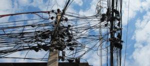 """""""Kabelsalat"""" an einem Strommasten. (Quelle: Andrea Fehr)"""