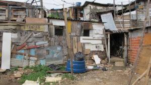 Hütten, die aus Holzresten und Latten zusammengezimmert wurden. (Quelle: Andrea Fehr)