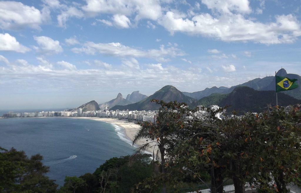 er berühmte Strand Copacabana in Rio de Janeiro. (Quelle: Mteixeira62-wikimedia-commons)