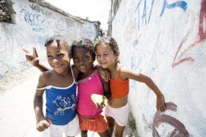 Lachende MädchenKinder in einer Favela. ( Quelle: Jakob Studnar)