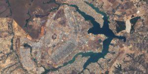 Brasilia aus der Luft - die Stadt wurde in Form eines Flugzeugs gebaut. (Quelle: Nasa)