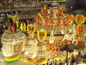 Eine bombastische, hell erleuchtete Karnevalsparade. (Quelle: Sergio Luiz/Wikimedia Commons)