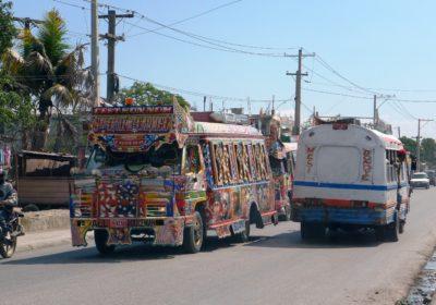 Ein buntbemalter Bus in Haiti. (Quelle: Kathrin Meindl)