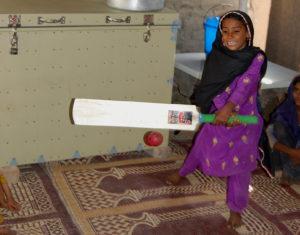 Ein Mädchen spielt Kricket. (Quelle: Erhard Stückrath)