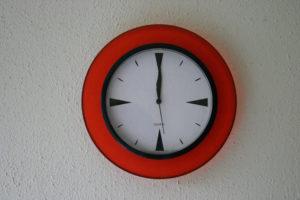 Auf der Wanduhr ist es 12 Uhr. (Quelle: Gunhild Aiyub)