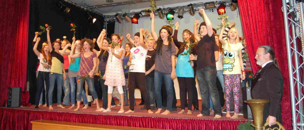 Die Musicaldarsteller singen das Abschlusslied. (Quelle: privat)
