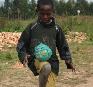 Junge spielt mit selbst gebasteltem Fußball. (Quelle: Karl Pfahler)