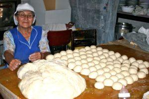 Eine Frau mit Brötchentei und vielen geformten Brötchen. (Quelle: Jürgen Schübelin)
