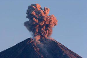 Ein Vulkan bricht aus. (Quelle: wikimedia commons)
