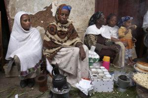 Kaffee-Zeremonie: Eine Gruppe von Frauen mit kleinen Kaffeetassen. (Quelle: Frank Peterschröder)