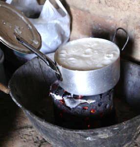 In einem Topf auf dem Feuer kocht Maisbrei in einem Topf. (Quelle: Christian Herrmanny)
