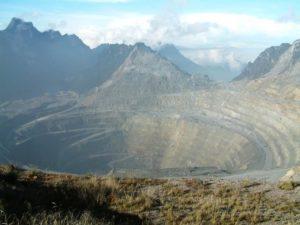 Die Grasberg-Goldmine. (Quelle: Alfindra Primaldhi/Wikimedia Ccommons)
