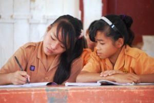 2 Mädchen in der Schule. (Quelle: Kindernothilfe-Partner)