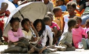 Mädchen unter einem Regenschirm. (Quelle: Bastian Strauch)