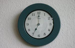 Auf der Wanduhr ist es 7 Uhr. (Quelle: Gunhild Aiyub)