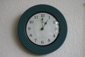 Eine Wanduhr, die 1 Uhr anzeigt. (Quelle: Gunhild Aiyub)