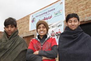 3 Jungen vor einem Kindernothilfe-Projekt in Pakistan. (Quelle: Christian Herrmanny)