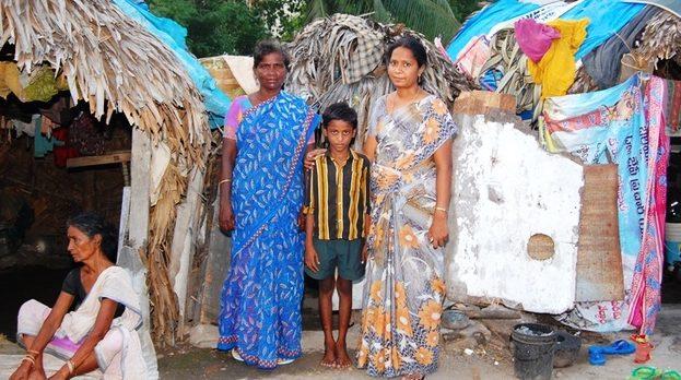 Mutter und Großmutter tragen einen Sari. (Quelle: Kindernothilfe-Partner)