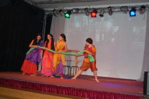 Bei den Teppichknüpfern in Indien. (Quelle: privat)