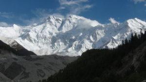 Nanga Parbat: schneebedecktes Bergmassiv. (Quelle: Sbh. Mohsin/Wikimedia Commons)