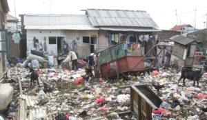 Ein Haus an einem Platz voller Müll. (Quelle: Martina Kiese)