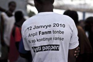 Ein Mann mit einem T-Shirt, auf dem etwas in kreolischer Sprache steht. (Quelle: Jakob Studnar)