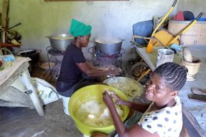 Frauen bereiten eine Mahlzeit zu. (Quelle: Kathrin Meindl)