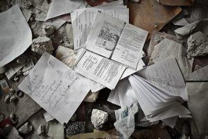 Schulhefte in der zerstörten Kindernothilfe-Schule. (Quelle: Jakob Studnar)