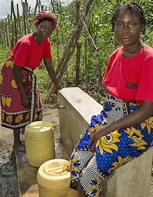 Zwei Frauen in Kangas an einer Wasserstelle. (Quelle: Kirsten Milhahn)