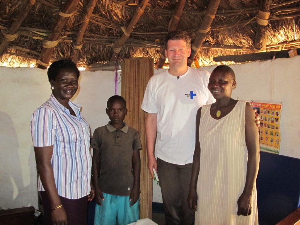 John bei seiner Tante - zuammen mit Projekt-Mitarbeiterin Beatrice Akello und Kindernothilfe-Mitarbeiter Frank Mischo. (Quelle: Angelika Böhling)