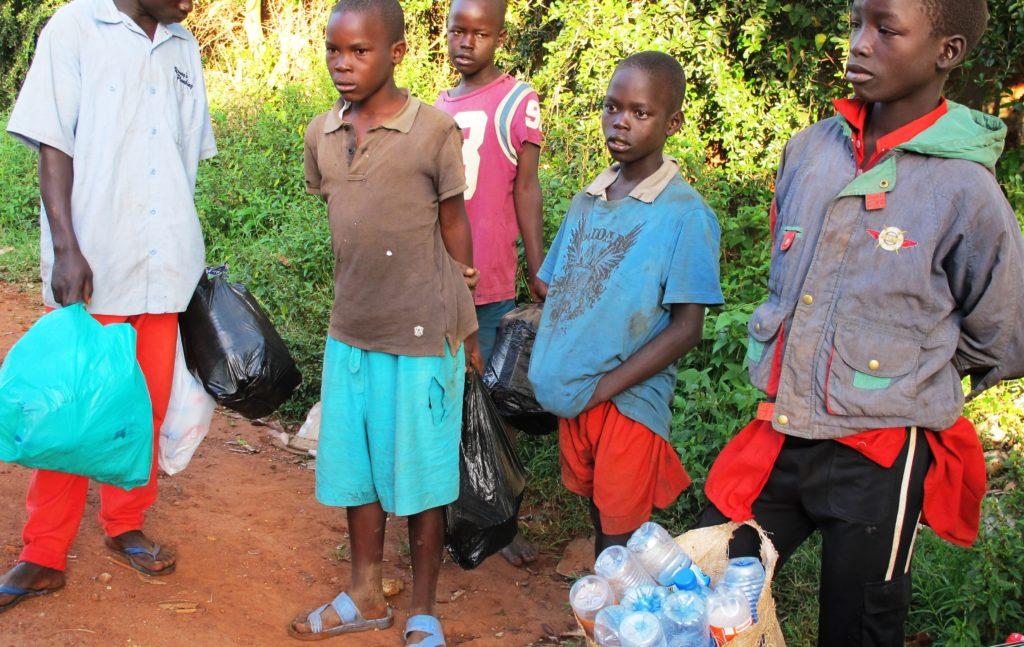 John zusammen mit anderen Straßenkindern, die auch leere Flaschen sammeln. (Quelle: Angelika Böhling)