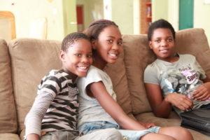 Zanele mit ihren Freundinnen im Lerato House. (Quelle: Ralf Krämer)