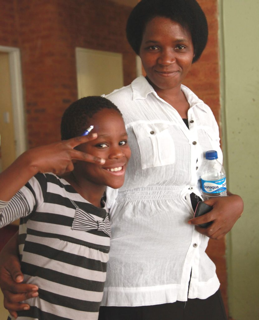 Projektleiterin Elizabeth ist wie eine Mutter für Thembi. (Quelle: Ralf Krämer)