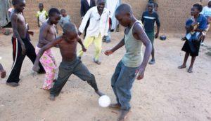 Jonathan spielt mit seinen Freunden Fußball. (Quelle: Ralf Krämer)