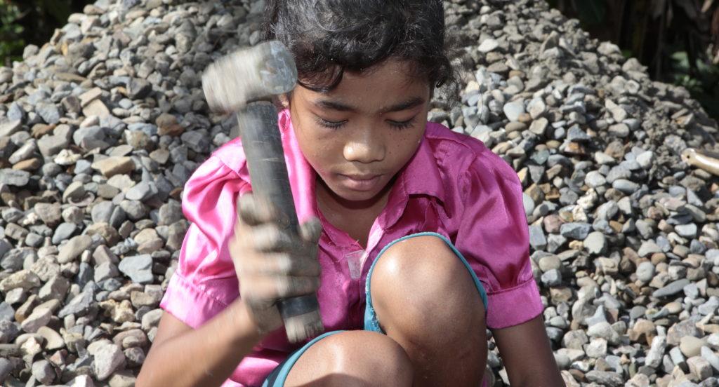 Yeni hämmert mit einem dicken Hammer die Steine klein. (Quelle: Christian Herrmanny)