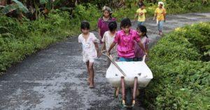 Die Familie mit ihrer Schubkarre auf dem Weg nach Hause. (Quelle: Christian Herrmanny)