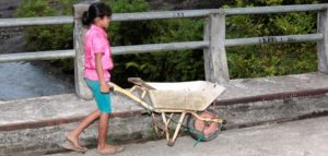 Yeni fährt mit einer Schubkarre über eine Brücke. (Quelle: Christian Herrmanny)