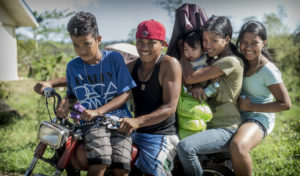 Fünf Kinder auf einem Motorrad. (Quelle: Jakob Studnar)
