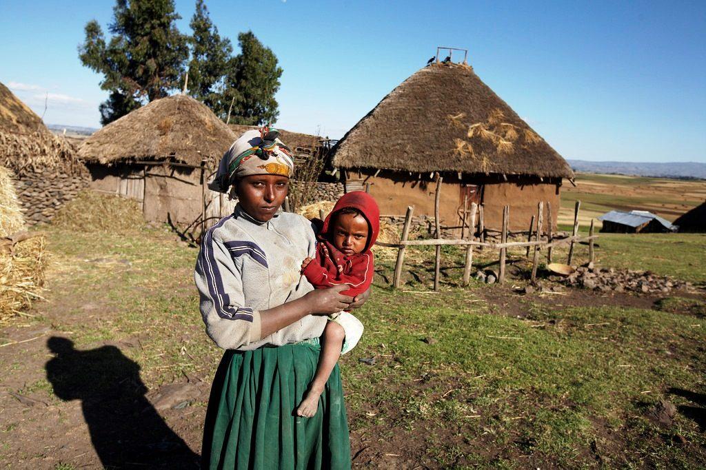 Eine Mutter mit ihrem Kind vor ihrem Tukul. (Quelle: Frank