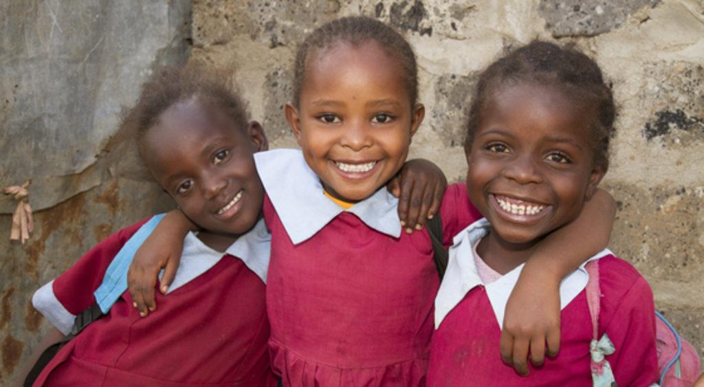 3 lachende kenianische Mädchen in Schuluniform. (Quelle: Kirsten Milhahn)