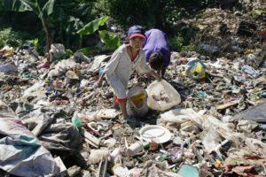 Kinder suchen auf einer Müllhalde nach verwertbaren Dingen. (Quelle: Pascal Amos Rest)