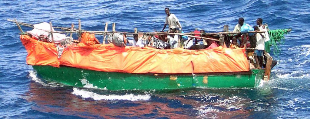 Ein Fischerboot mit somalischen Flüchtlingen. (U.S. Navy official photo by Photographer's Mate First Class Robert R. McRill)