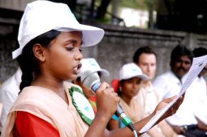 Ein indisches Mädchen aus einem Kinderparlament spricht in ein Mikrofon. (Quelle: Kindernothilfe-Partner)