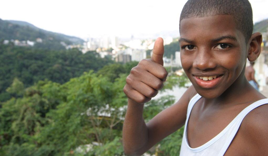 Ein Junge aus einer Armensiedlung in Brasilien reckt den rechten Daumen hoch. (Quelle: Ralf Krämer)