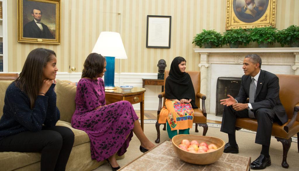 Malala beim Präsidenten der USA und seiner Familie. (Quelle: Wikimedia-commons-Pete-Souza-e1469020198217.)