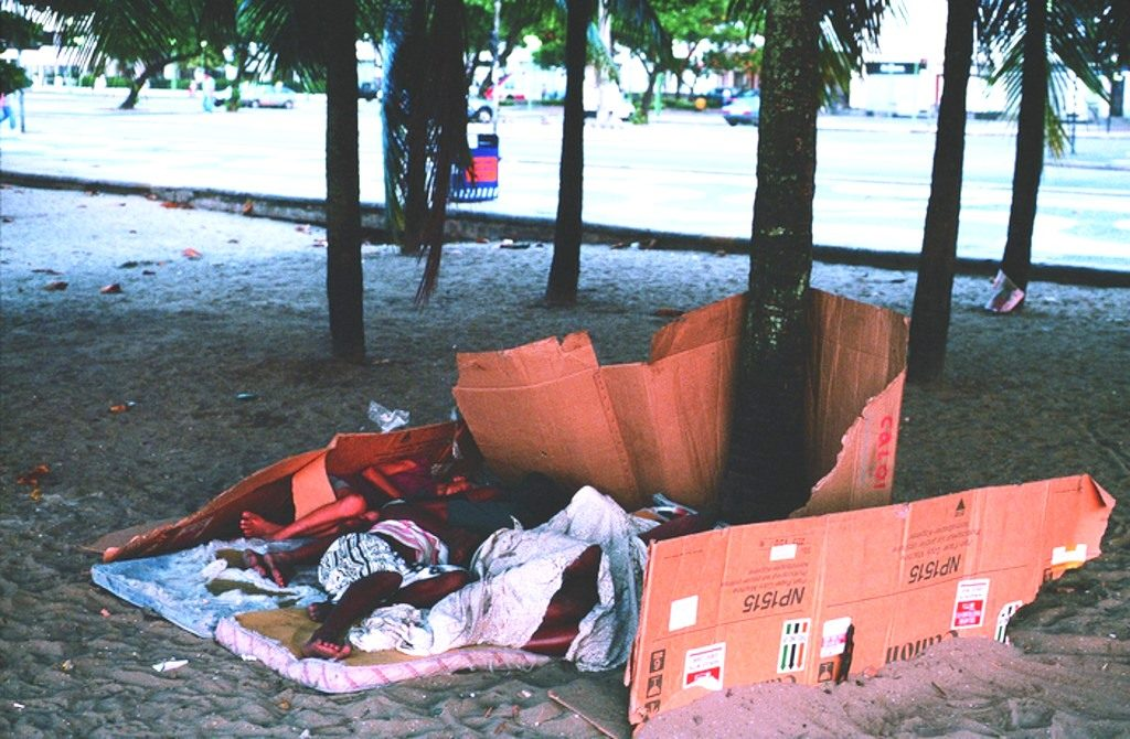 """Ein """"Schlafzimmer"""" von Straßenkindern am Strand. (Quelle: Christoph Engel)"""