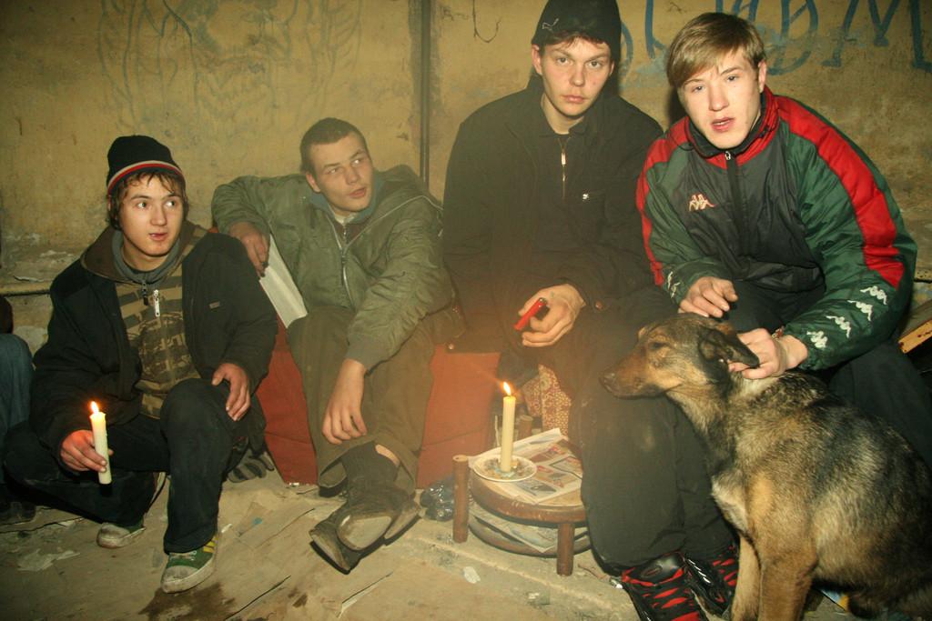 St. Petersburg/Russland: Straßenkinder schlafen heimlich in einem dunklen, dreckigen, unbenutzten Kellergewölbe eines Wohnhauses. (Quelle: Ralf Krämer)