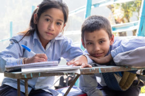 Zwei Schulkinder in Nepal. (Quelle: Kindernothilfe-Partner AMURT)